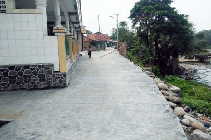 Tingkatkan Perekonomian Desa Sipak Bangun Jalan Desa