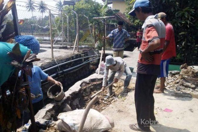 Warga Kampung Cikalong Kabupaten Sukabumi Lakukan Perbaikan Jalan