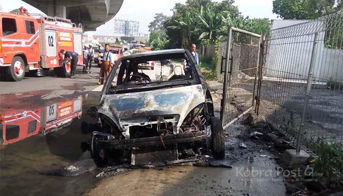 Mobil Terbakar di Jalan Raya Sholeh Iskandar