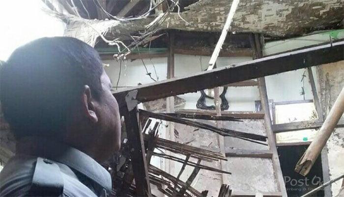 Atap rumah ambruk